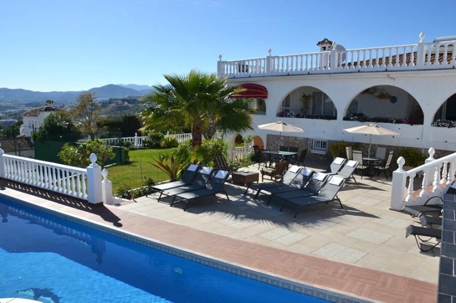 Villa Los Arcos poolside