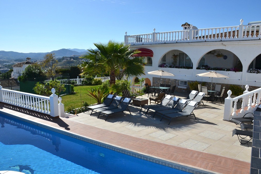 Photo of outside of Villa Los Arcos with pool