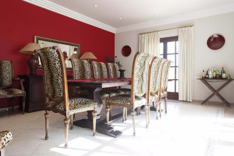 Villa Rica dining table