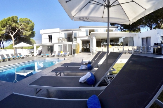 Villa Domino Marbella sleeps 22 – pool and sun loungers